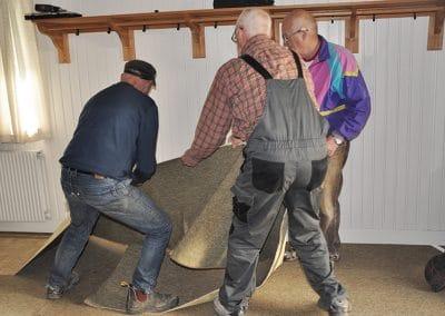 Uffe, Erling og Polle fjerner tæppe