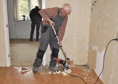 Erling Møllerhøj fjerner gulvbelægning