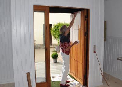 Birgit Wiborg maler døren
